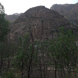 门头沟幽州大峡谷穿越,延斋幽路一路向山里,延日本人对华战争修的壁挂公路,访问千年幽州古村,一路雄山绿水,穿越历史遗迹,中国塞北雄山大川。 这是一条中国人都应该走的路。峡谷两侧的山上是著名的丰沙