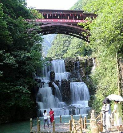 五道峡迎宾瀑 五道峡自然保护区位于保康县境内荆山主脉,处于亚热带与暖温带的过渡地带,