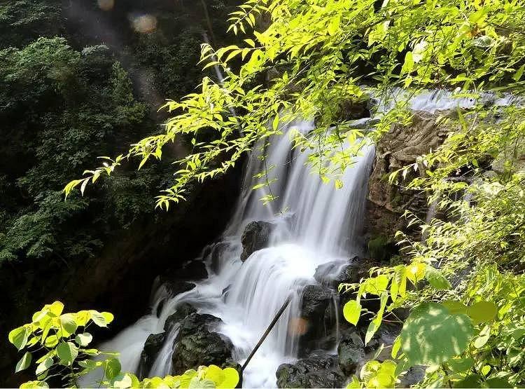 水位落差大,峡内怪石嶙峋,水流湍急,叠瀑众多