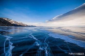 这里的冬天,气温会降到-30℃  森林会覆雪,湖面会结冰  非常厚的冰,蓝色的  比天空和大海还要蓝  冰面的裂纹纵横交错  一步一步的踏上去  近乎寂静的嚓嚓声响  仿佛一场在世界尽头的行走
