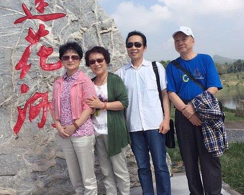 我们和舅妈在莲花湖与达州的亲友们相聚,有晓春、向刚仁、杨仕伦,张叔叔等四家,还有妈妈的同学杜叔叔夫妇及我的好朋友(小学同学)何红六。