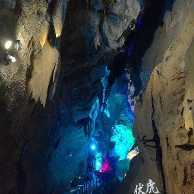 门头沟八奇洞,洞内长1350米,有很多自然奇观。开始下400多级台阶,见到第一个景水上莲花桥。过几百米的水上浮桥后,进入最大的洞厅,中央有一巨大转经筒,于经筒处仰头向南望有狭长的龙凤洞穴,经筒