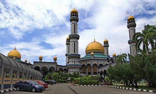 文莱,东南亚的土豪国,伊斯兰风情很浓郁,炎热,干净,富有,水上屋很有特色, 值得一游。