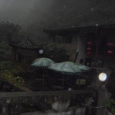 雨中的古老建筑
