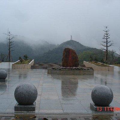 浓雾绕下的鼎湖山碧莲湖公园