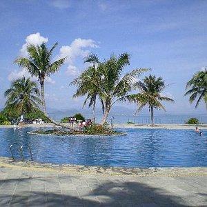 海边的游泳池~是不是感觉和海连为一体了?