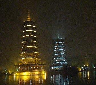 灯光璀璨的塔