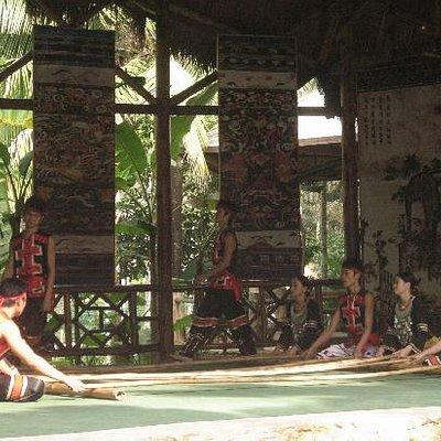 槟榔园内的少数民族舞蹈,你也可以亲身体验哦