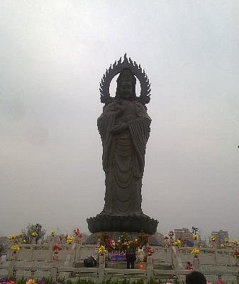 寺庙内很高的菩萨雕像