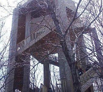 在山顶点的楼 可以登高远眺的地方