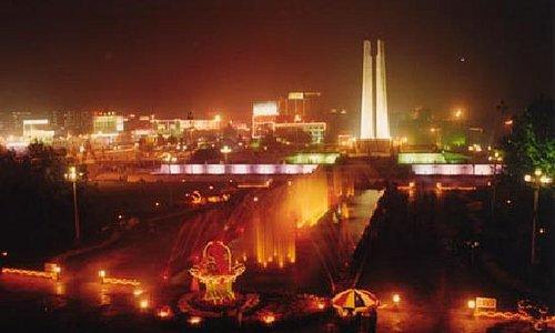 纪念碑夜景。