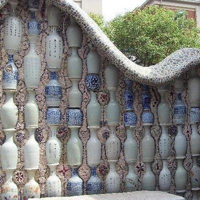 一面砌满了古董瓷瓶的墙
