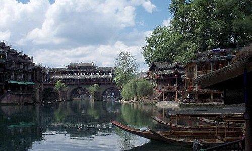 蓝天、白云、古城、小桥流水
