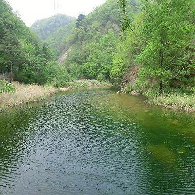 九龙瀑附近藏兵洞景点前的溪流