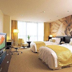这里是客房。标准间,带落地玻璃,床大概是1.2米的床,虽然他说是1.5米的。。。