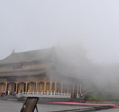 云雾缭绕华藏寺