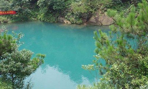 水是湛蓝的