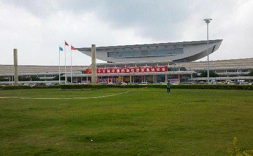厦门会展中心前的绿色草铺