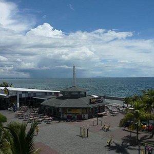 mall of asia就在马尼拉湾边,海边的广场公园是个休息和散步的好地方