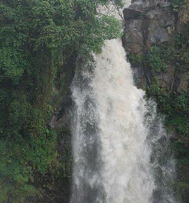 壮观的叠水河瀑布