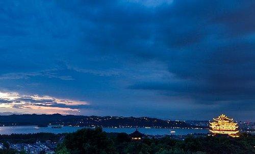 夕阳下城隍阁看西湖