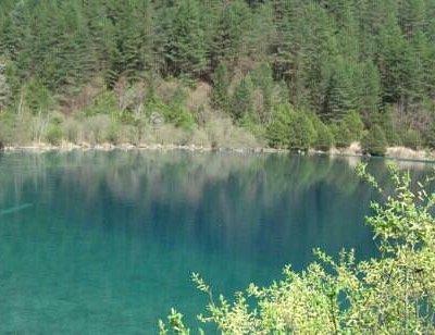 绿树环绕的嫩恩桑措湖