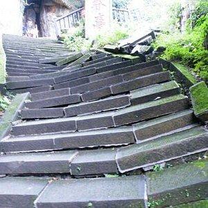 地震将山路都破坏掉了
