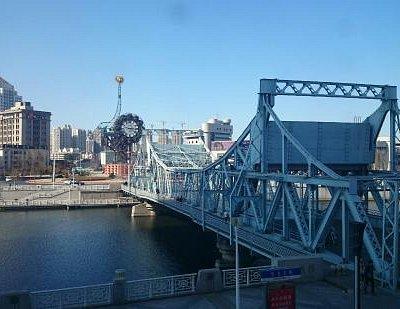 酒店外拍摄的解放桥