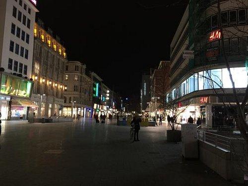晚上去的,一个商业中心