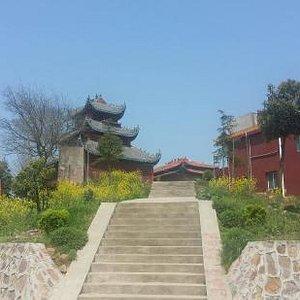 又登黄山头,山还是这座山,碑还是这个碑,一切都没有变,变的是山上的寺庙修大了,山下的小镇变的漂亮繁华了。