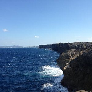 波浪拍打着岩石