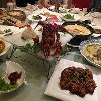 家庭聚餐 之前有朋友结婚来过 于是又再一次来了选择了这里的包房 环境还是不错的 菜色味道一般 龙虾刺身很新鲜 服务也还行 下次还会来的