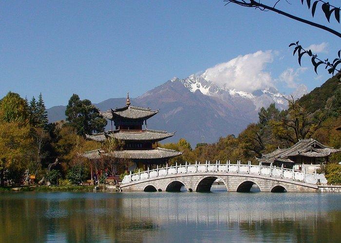 Lijiang, Schwarzer-Drachen-Teich. Im Hintergrund der Jadedrachen-Schneeberg (5500m).