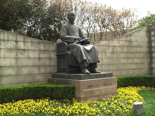 延安西路側の銅像