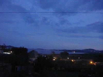 Blick auf Lake Victoria bei Nacht