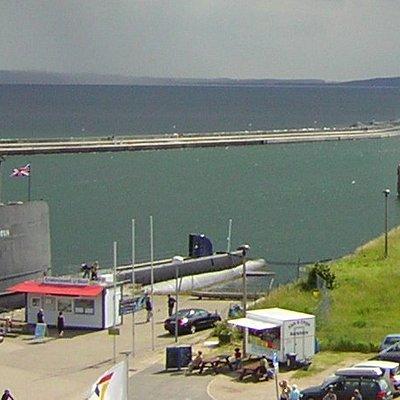 HMS Otus von der Brücke aus (links)