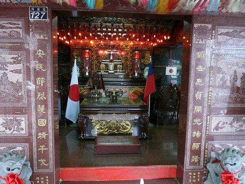 中には日本と台湾の国旗、それに像が飾られています
