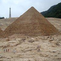 ピラミッドのバックに、エッフェル塔と木々が・・・・