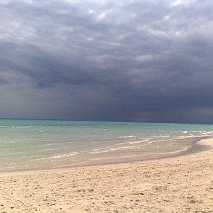 Lingua di sabbia in mezzo all'oceano indiano.Arrivano le nubi.