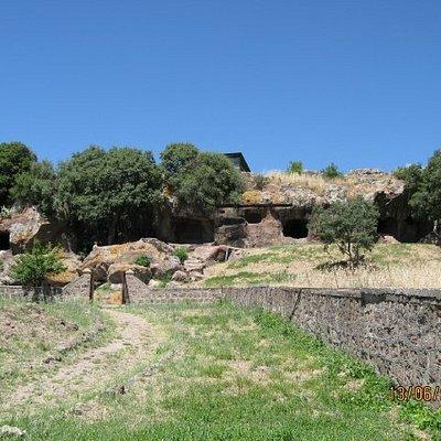 Casa de Janaas.. (heksenes hus) - 4-6000 år gamle gravpladser hugget ind i klipperne..En af di