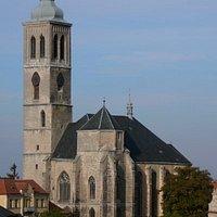 Kostel Sv. Jakuba nemůžete v Kutné Hoře přehlédnout. Byl postaven na vyvýšeném a jeho dominance