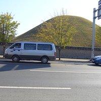 道路側から見える古墳
