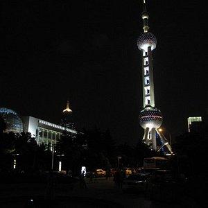 上海国际会议中心 Shanghai International Convention Centre(left) 东方明珠电视塔 Oriental Pearl TV Tower(right