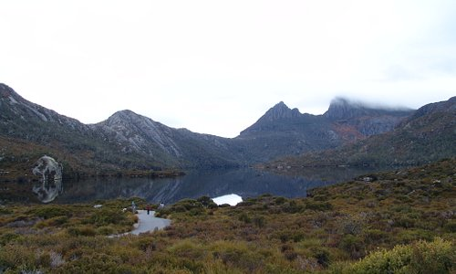 Dove Lake & Cradle mountain at 8am from the car park area