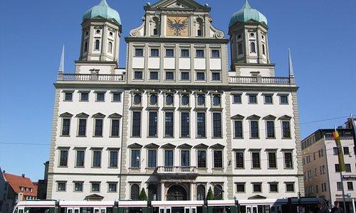 広場から見た市庁舎