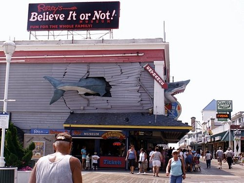 At the beginning of the boardwalk below First Street are all kinds of amusements and arcades.