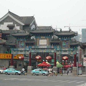 商店街南端の門
