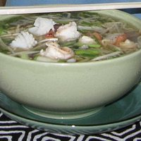 Noodle soup with bean sprouts/prawns and sotong