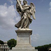 サンタンジェロ橋の十字架を持った天使像