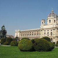 マリア・テレジア像と自然史博物
